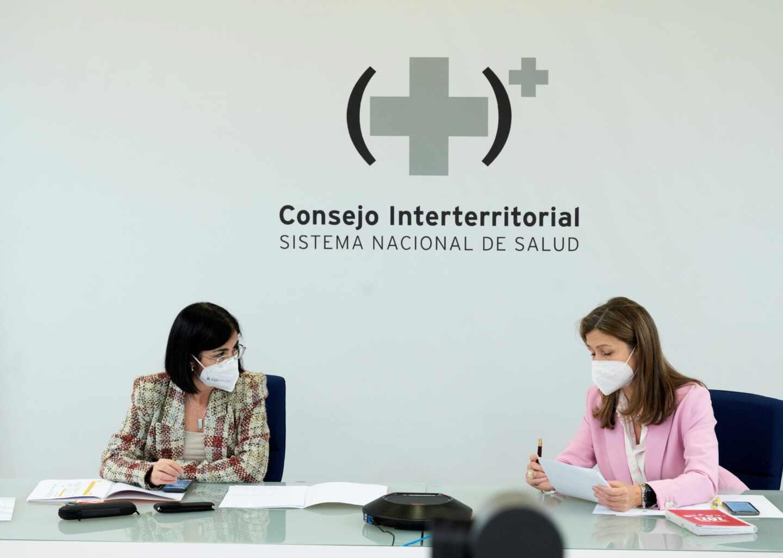 La ministra de Sanidad, Carolina Darias (i), y María Jesús Lamas (d), directora de la Agencia Española de Medicamentos y Productos Sanitarios, en un momento de la reunión del Consejo Interterritorial del Sistema Nacional de Salud.
