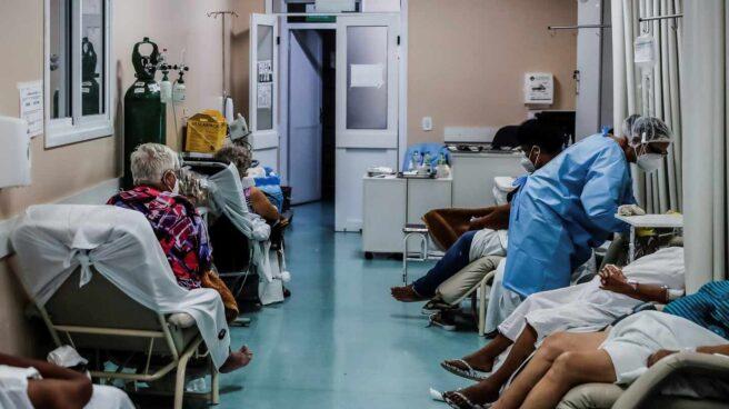 Una enfermera atiende a varios pacientes en la Unidad de Pronto Atendimiento en Porto Alegre (Brasil).