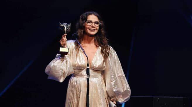 """La actriz Victoria Abril tras recibir el """"Premio Feroz de Honor 2021"""" durante la ceremonia de entrega de la octava edición de los Premios Feroz que se celebra este martes en el Teatro Coliseum, en Madrid."""