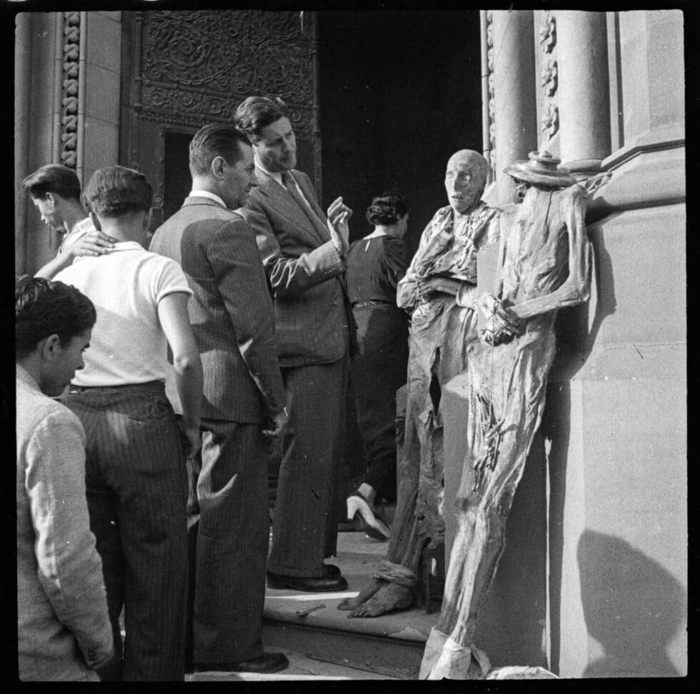 Sin título [Exhibición de las momias de las monjas, convento de las Salesas], Paseo de Sant Joan, Barcelona, julio de 1936