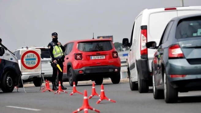 Control de la Policía Nacional para cumplir con las restricciones de movilidad.