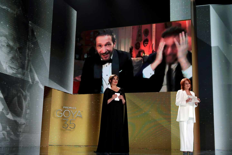 """El realizador Salvador Calvo (en la pantalla-i) recibe el Goya al Mejor Director por su trabajo en """"Adú"""""""