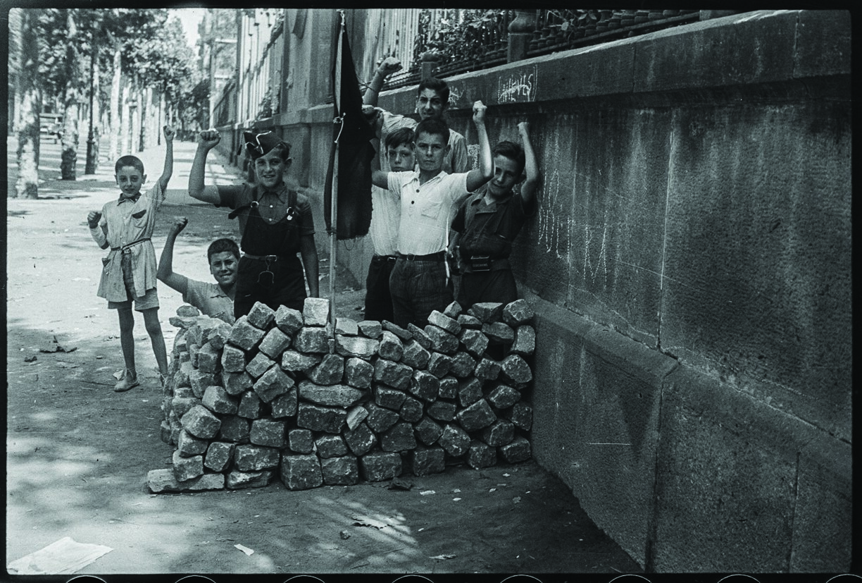 Barricada infantil detrás de la Universitat de Barcelona, agosto de 1936