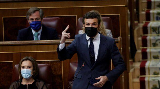 El líder popular Pablo Casado (d) interviene en una nueva sesión de control al Gobierno