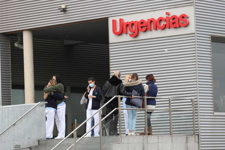Varias personas conversan ante las Urgencias del hospital Príncipe de Asturias de Alcalá de Henares (Madrid).