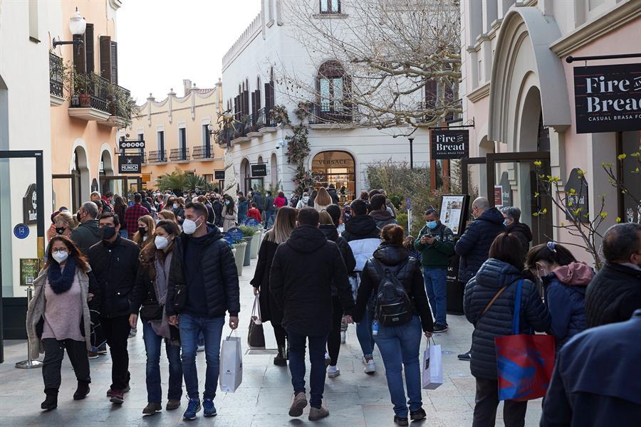 Gran afluencia de público en el centro comercial de La Roca del Vallés en el primer fin de semana en Cataluña sin confinamientos comarcales
