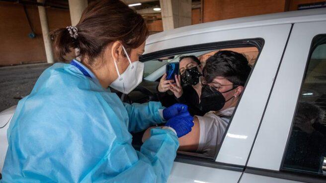 Personal sanitario administra a una mujer la vacuna de AstraZeneca
