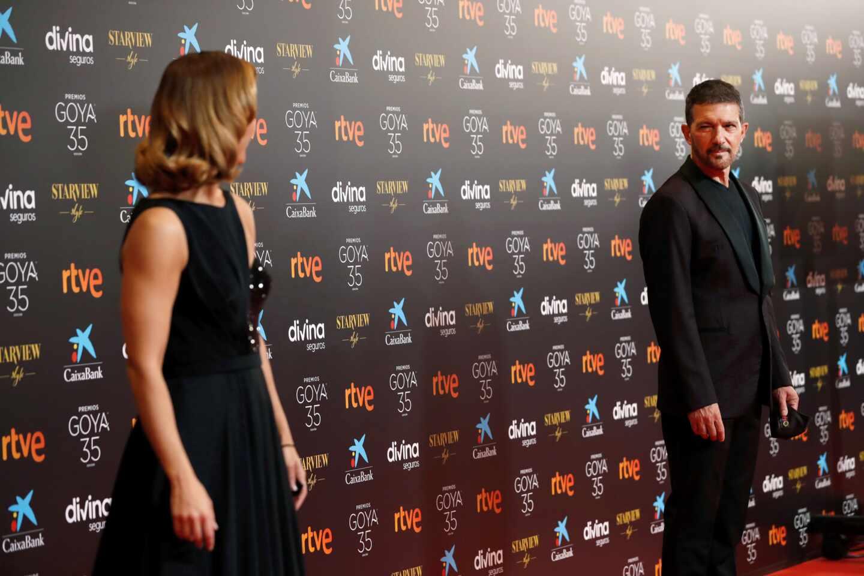 Los presentadores del evento, la periodista María Casado (i) y el actor Antonio Banderas, a su llegada a la gala de la 35 edición de los Premios Goya