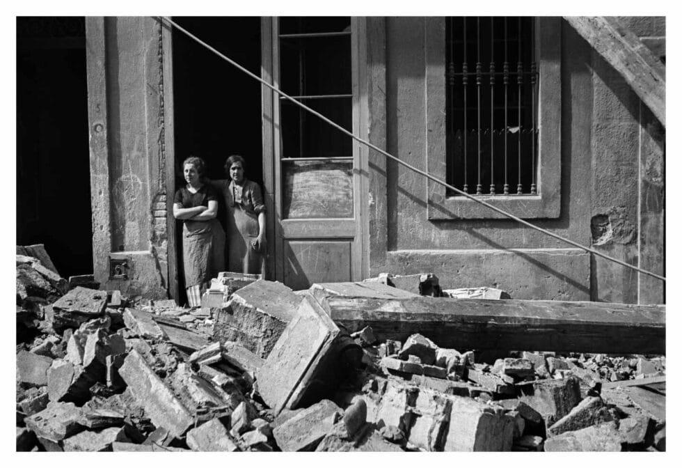 Antoni Campañà. Sin título [Dos mujeres después de un bombardeo], Poble-Sec, Barcelona, 14 de marzo de 1937.