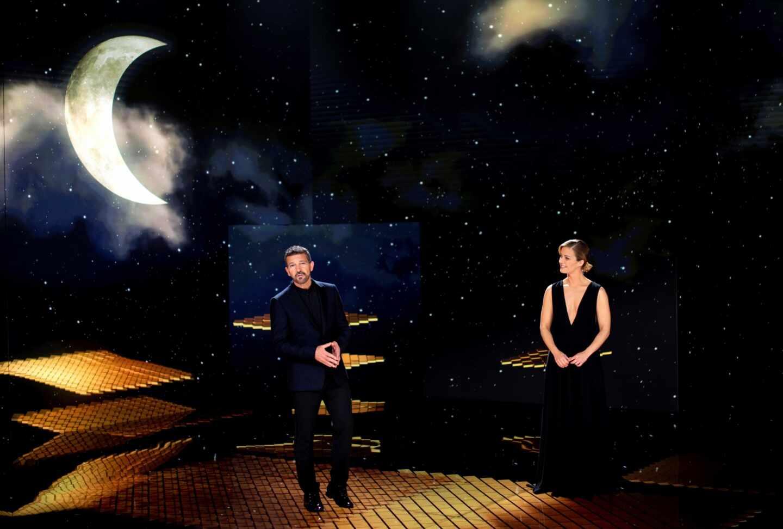 El actor Antonio Banderas (i) y la periodista María Casado, al término de la gala de la 35 edición de los Premios Goya