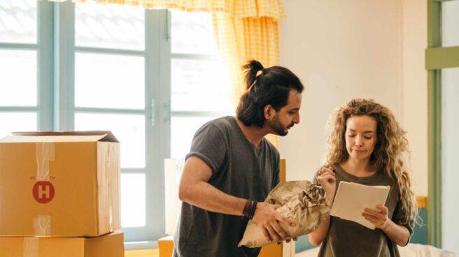 Dos jóvenes hacen las cuentas de su vivienda