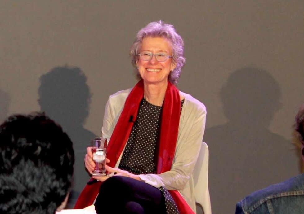 Arlie Hochschild sonriendo en un seminario universitario