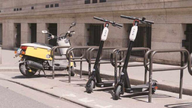 Unos patinetes de Bird aparcados