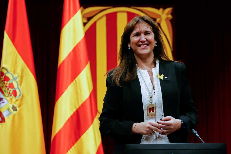Laura Borràs de JxCat posa en su silla de la Mesa en el hemiciclo tras ser elegida nueva presidenta de la cámara catalana