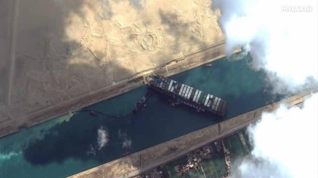 Una foto satélite del buque encallado Ever Given en el Canal de Suez.