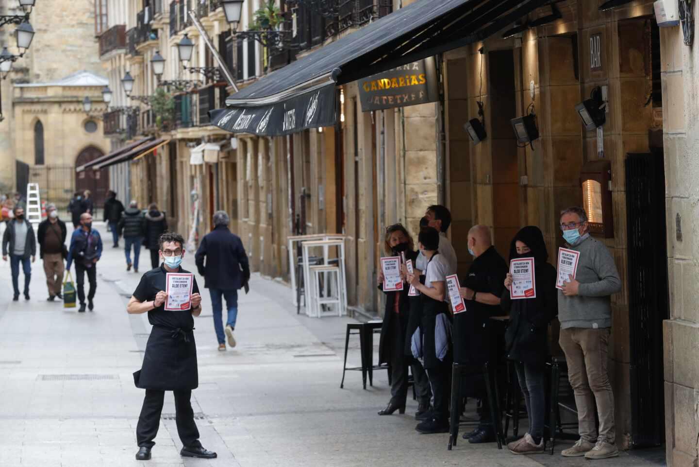 Trabajadores de un restaurante de San Sebastián participan en un paro para exigir más ayudas para el sector.
