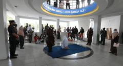 Flagelan a unas mujeres en Indonesia como castigo por beber alcohol o mantener relaciones sexuales