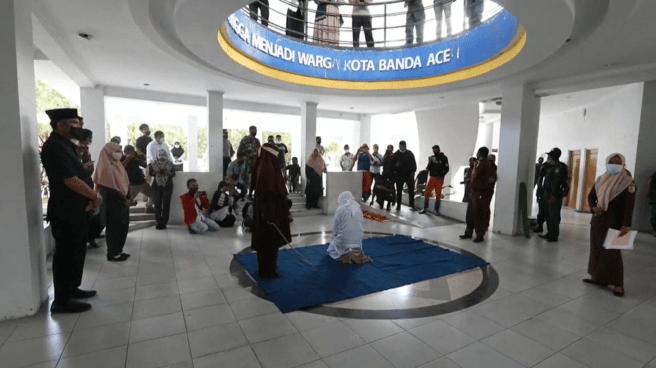 Flagelados en público en Indonesia por incumplir la ley sharia.