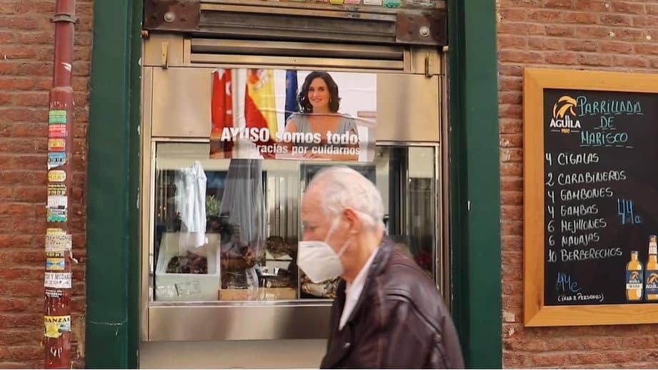 Cartel de 'Ayuso somos todos' en la calle Ponzano.