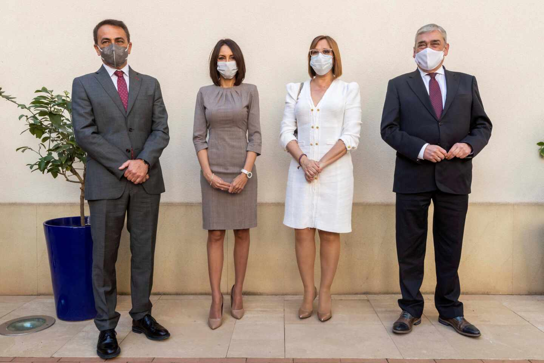 La vicepresidenta de Murcia Isabel Franco (2d), acompañada por los nuevos consejeros de Ciudadanos Valle Miguélez (2i), Francisco Álvarez (d) y Antonio Sánchez (i).