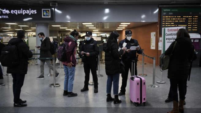 Controles policiales en la estación de Atocha (Madrid).