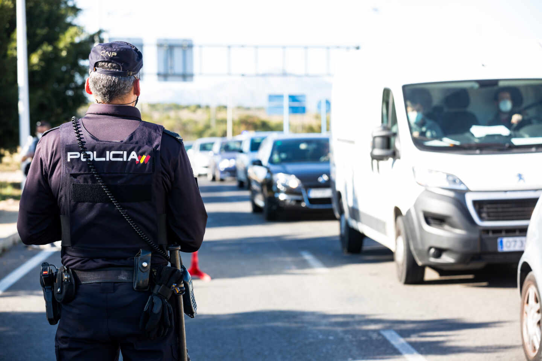 Un policía controlando el tráfico
