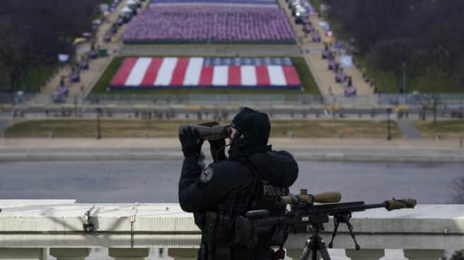 Un policía vigila las inmediaciones al Capitolio en la toma de posesión de Joe Biden