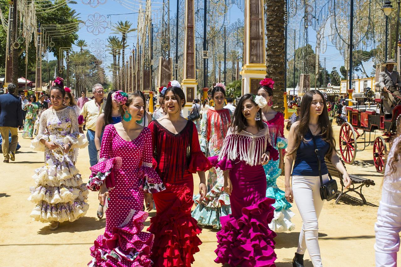 Mujeres con su traje de flamenca