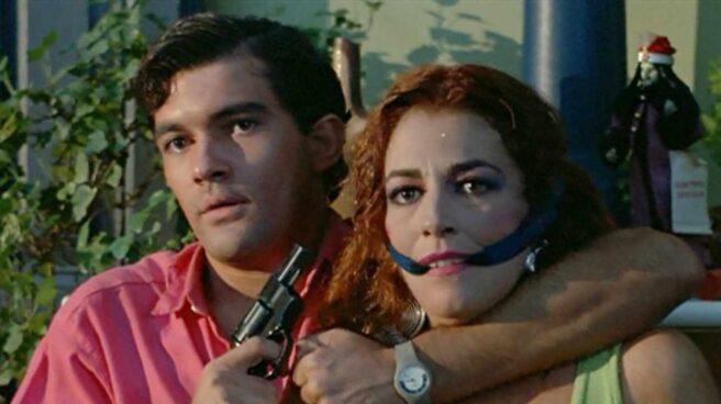 Un fotograma de 'La Ley Del Deseo' con Antonio Banderas y Carmen Maura