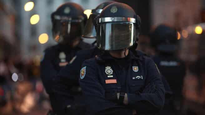 Agentes de la Policía Nacional vigilan una manifestación de 'Rodea el Congreso'.