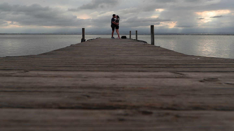 Una pareja se besa al final del embarcadero del Parque Natural de La Albufera en las inmediaciones de la localidad de El Palmar, en Valencia, Comunidad Valencia (España)