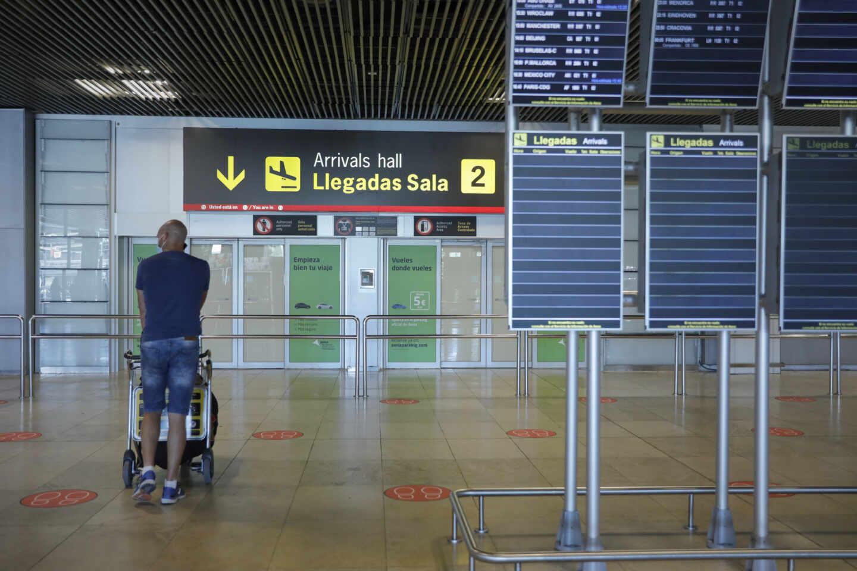 Un viajero empuja un carro de equipaje en el Aeropuerto de Barajas, en Madrid.