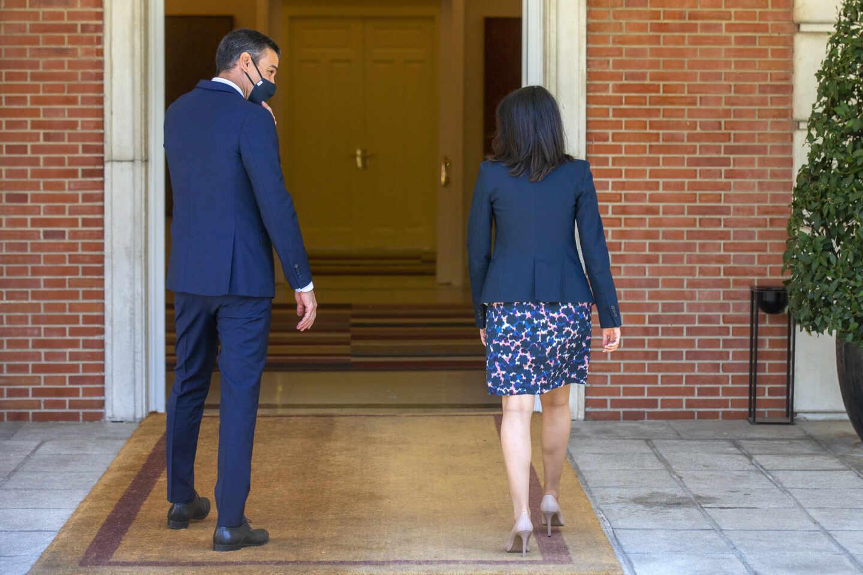 El presidente del Gobierno, Pedro Sánchez y la presidenta de Ciudadanos, Inés Arrimadas, entran en el Palacio de Moncloa