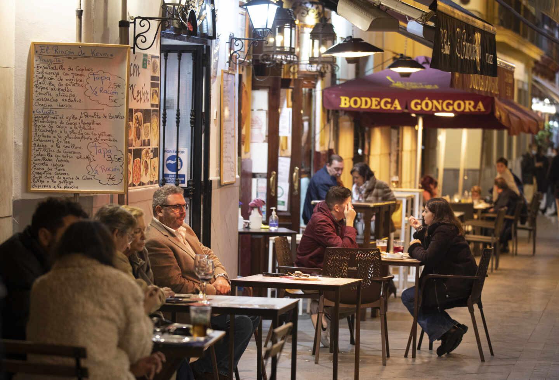 Varias personas en la terraza de un bar de Sevilla el pasado mes de diciembre.