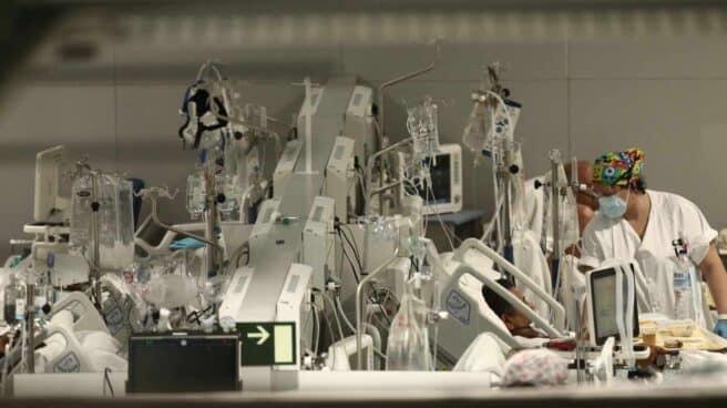 Una enfermera trata a un enfermo en el Hospital de Emergencias Isabel Zendal, Madrid (España), a 20 de enero de 2021. El hospital, inaugurado el pasado 1 de diciembre, ha superado ya los 801 pacientes de COVID-19 y los ingresados en la Unidad de Cuidados Intensivos (UCI) no dejan de crecer cuando aún no se ha superado el pico de la tercera ola de la pandemia del coronavirus.