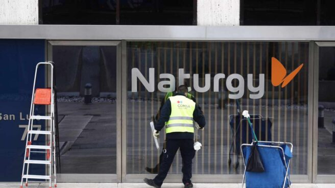 Un operario limpia la cristalera de la sede de Naturgy ubicada en la capital, Madrid, (España), a 26 de enero de 2021.