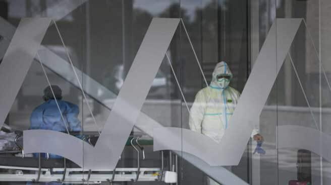 Personal sanitario con traje EPI durante el ingreso de un paciente covid-19 al nuevo Hospital de Emergencia Covid-19, en Sevilla