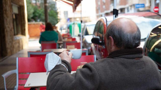 Un cliente en el pacense Bar Dani, en Badajoz, Extremadura.