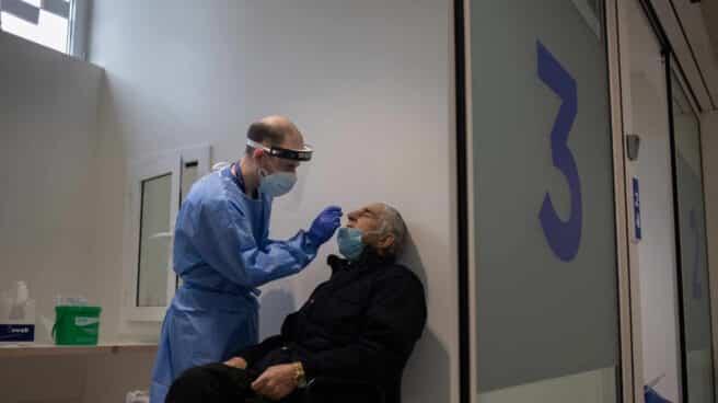 Un hombre se somete a una prueba PCR en el edificio Garbí-Vall de Hebrón, en Barcelona