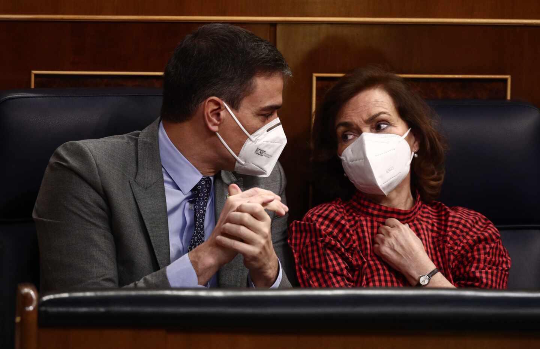 El presidente del Gobierno, Pedro Sánchez, conversa con la vicepresidenta Carmen Calvo en el Congreso de los Diputados.