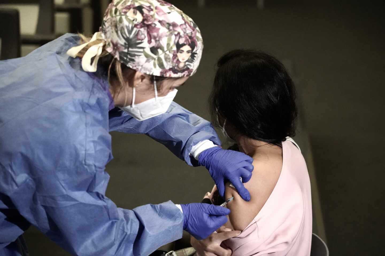 Una profesional sanitaria del sector privado recibe la vacuna contra la COVID-19.