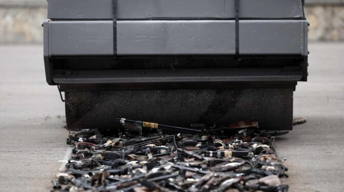 De los 'artesanos de la paz' a la apisonadora de Sánchez, los dos falsos desarmes de ETA