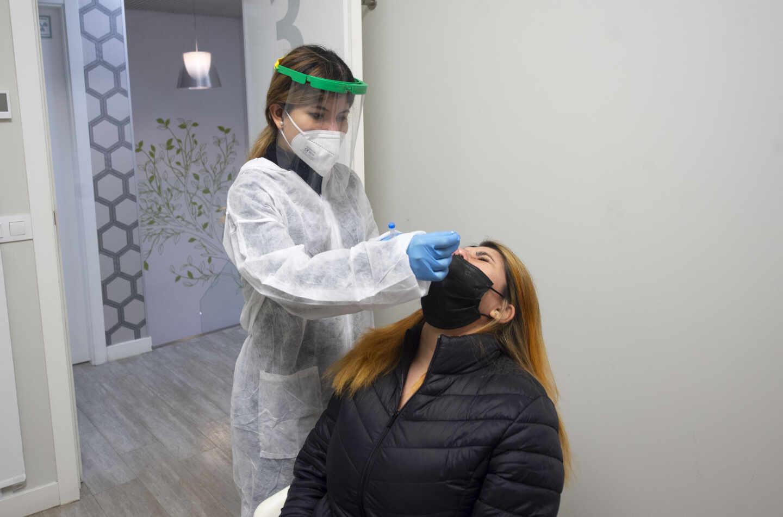 Una trabajadora sanitaria realiza un test de antígenos a una taxista de la Comunidad de Madrid