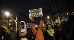 Unos 800 manifestantes claman en Barcelona a favor de Hasél y lanzan objetos a los Mossos