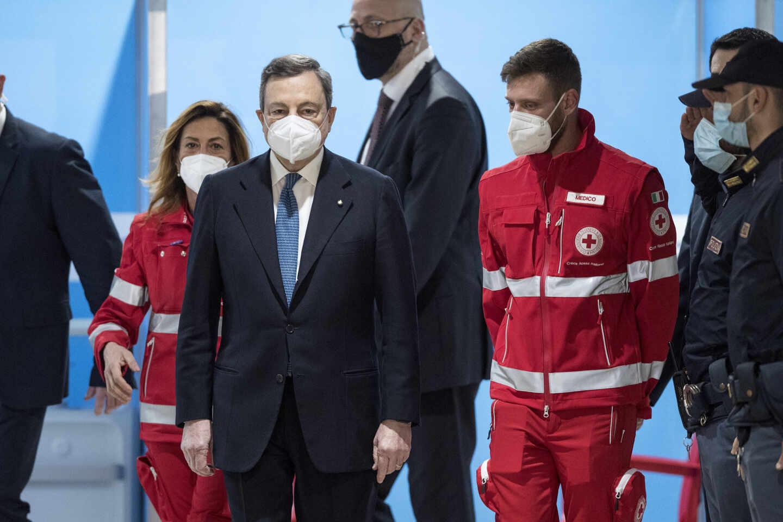 Mario Draghi visita un centro de vacunación en Fumicino.