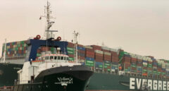Un gran buque portacontenedores encalla y bloquea el canal de Suez