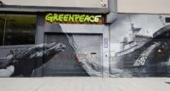 La sede de Greenpeace en Madrid aparece vandalizada con insultos y simbología nazi