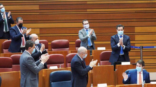 Alfonso Fernández Mañueco, aplaudido durante el pleno de la moción de censura en las Cortes de Castilla y León.