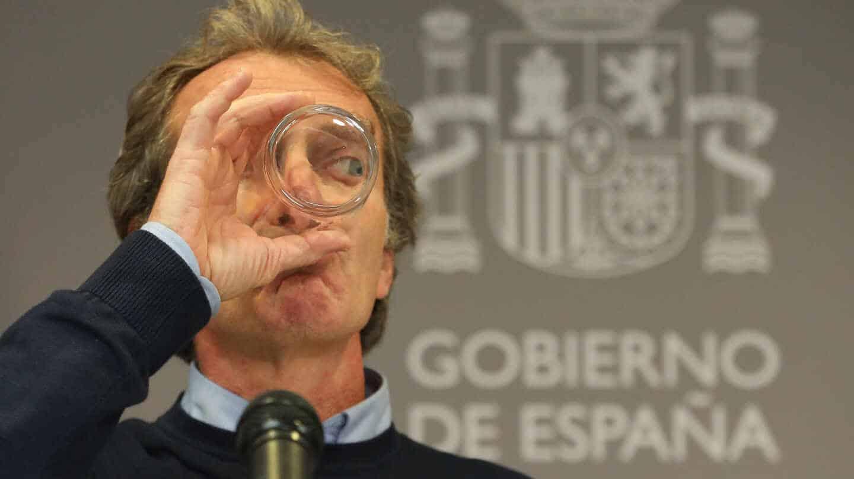 El director del Centro de Coordinación de Alertas y Emergencias Sanitarias (CCAES), Fernando Simón, bebe agua de un vaso durante una rueda de prensa en la que informa sobre la evolución de la pandemia de coronavirus, en el Ministerio de Sanidad, Madrid (España), a 3 de diciembre de 2020