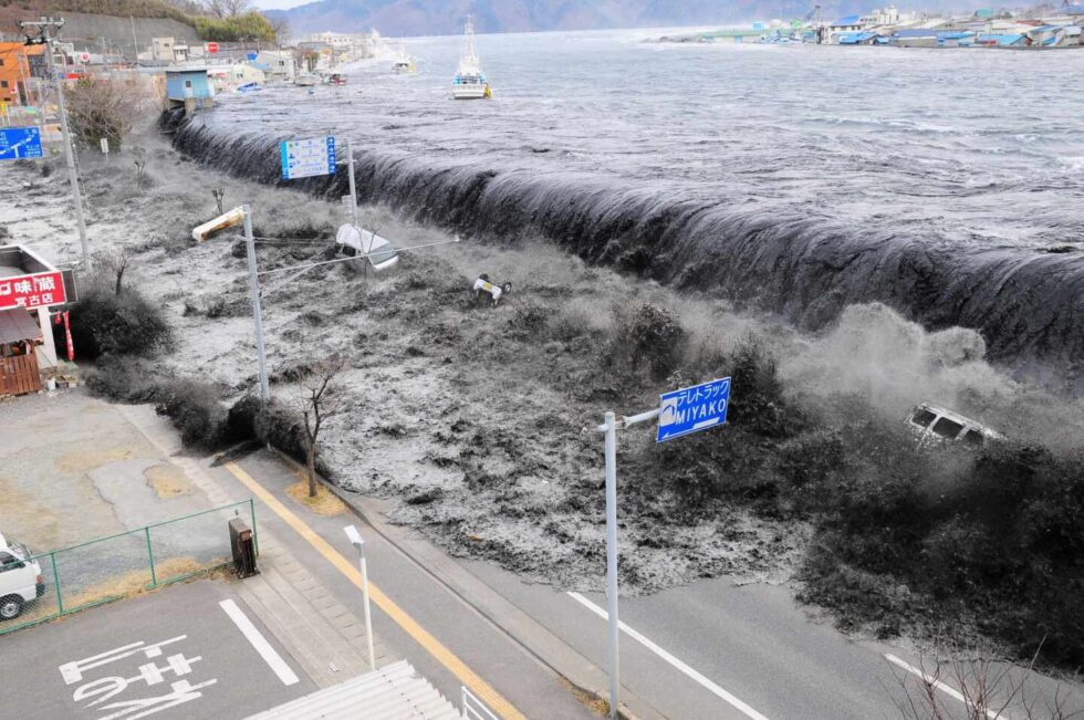 La ola del tsunami arrasó la costa noreste de Japón
